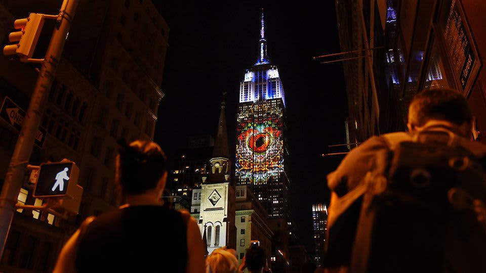 Uhanalaisten eläinten kuvia heijastettuna Empire State Buildingin seinään.