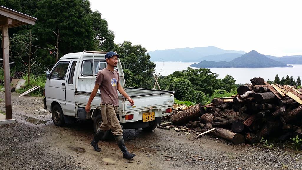 Osamu Yamashita perheineen teki täydellisen elämänmuutoksen ja  asuu konttitalossa Kyushun saarella.