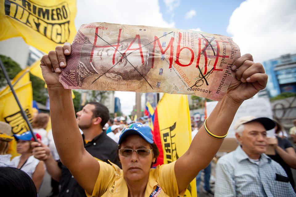 Mielenosoittajan julisteeseen on kirjoitettu sana nälkä.