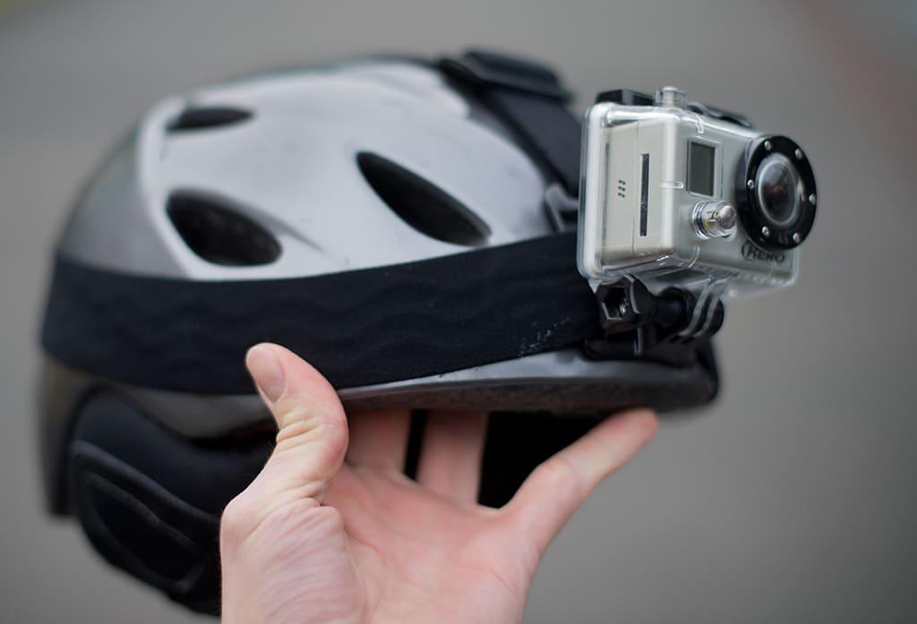 GoPro kiinnitettynä kypärään.