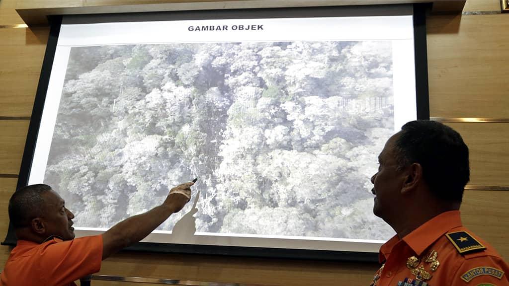 Pelastustyöntekijät tutkivat kuvaa lentoturmapaikalta Jakartassa.