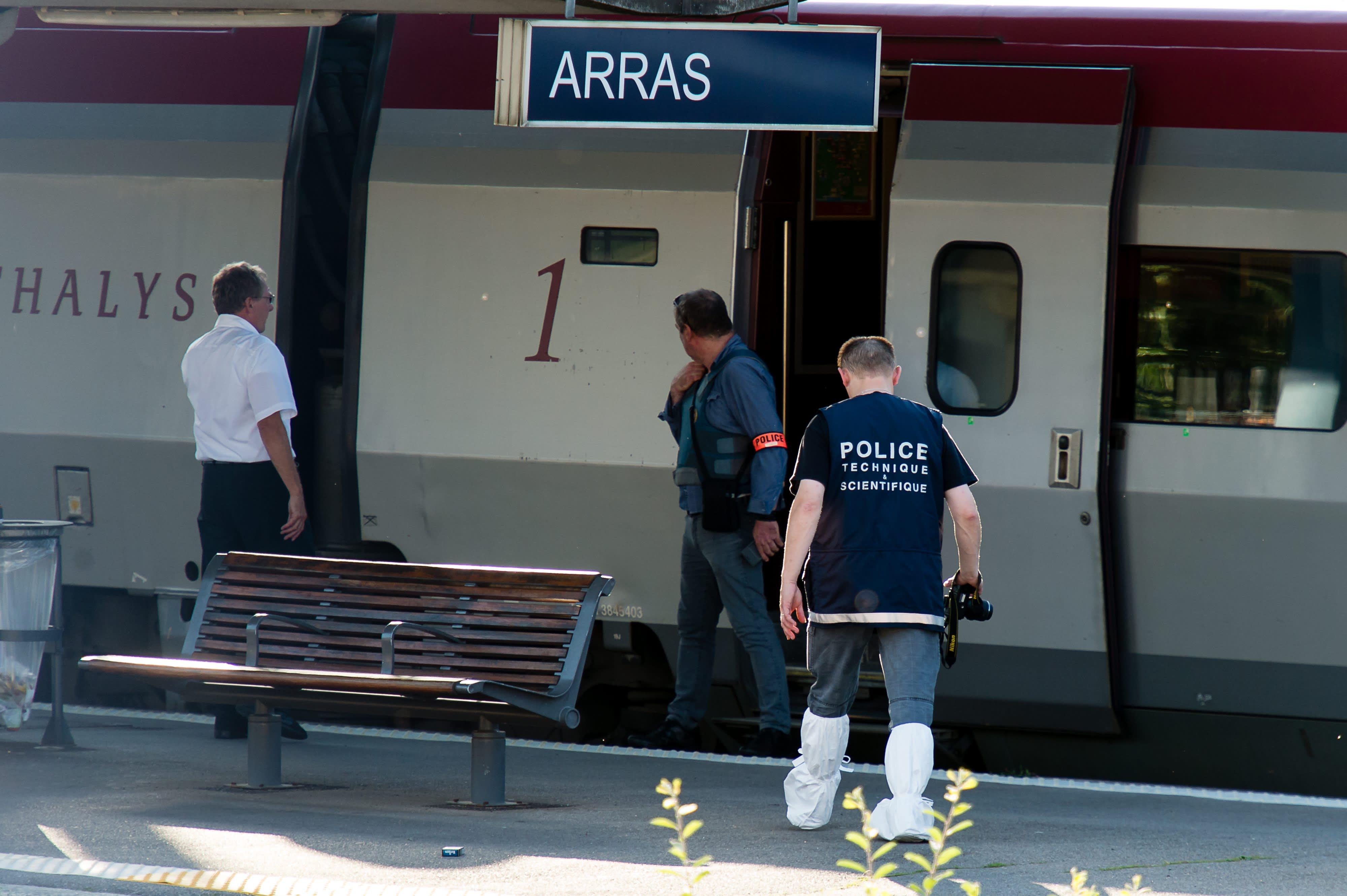 Poliisi Arrasin juna-asemalla Ranskassa. 21.8.2015 asemies avasi tulen junassa, haavoittaen kolme ihmistä.