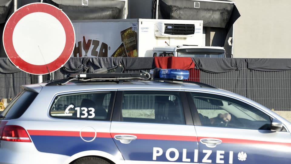 Etualalla Itävallan poliisin farmarimallinen auto.