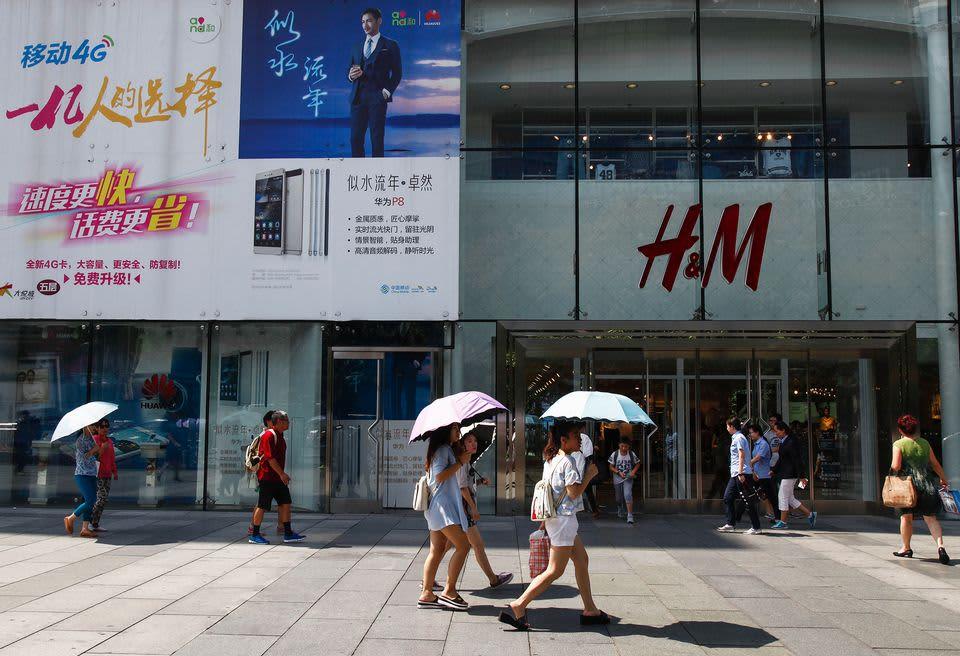 Jalankulkijoita ostosalueella Pekingissä, Kiinassa, 23. elokuuta.