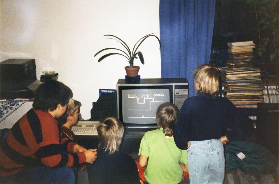 Lapsia pelaamassa tietokonepeliä
