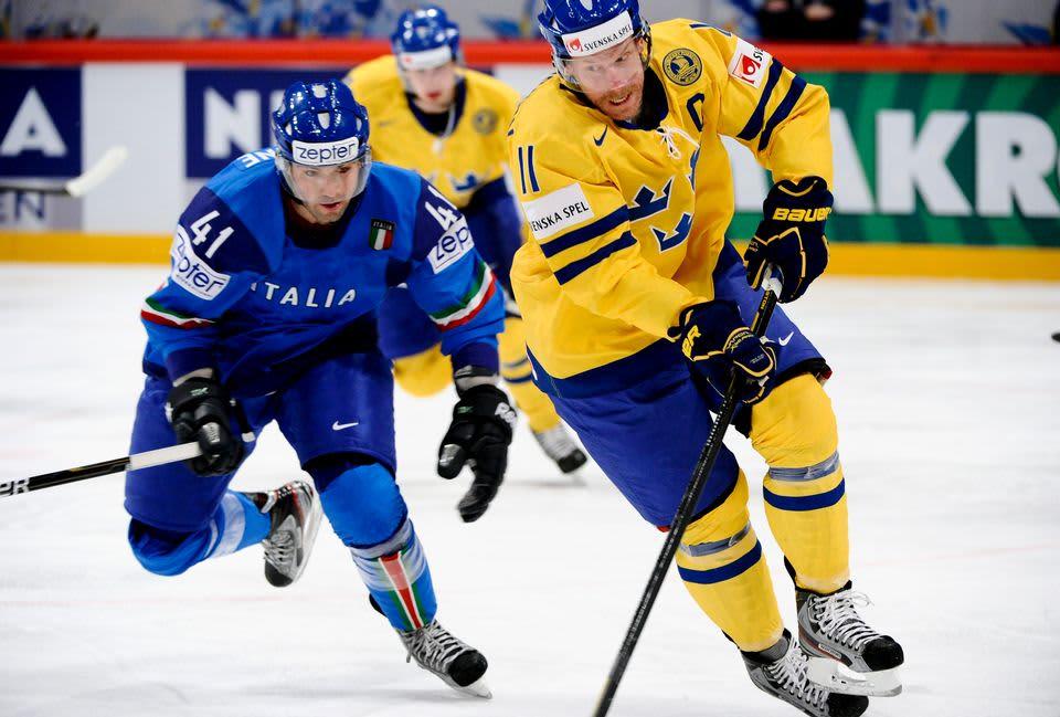 Daniel Alfredssonkuljettaa kiekkoa Ruotsin maajoukkuepaidassa.