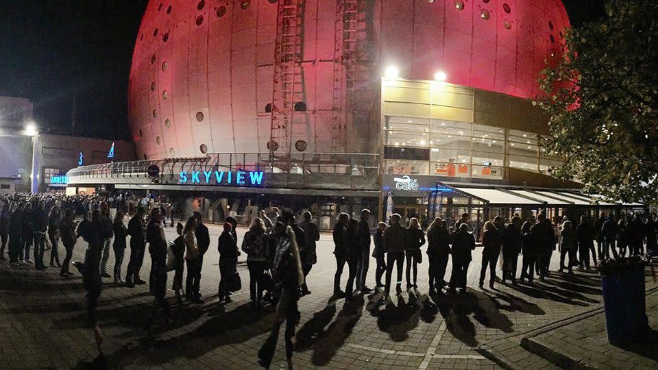 Yleisö jonottaa Globen-areenalle.