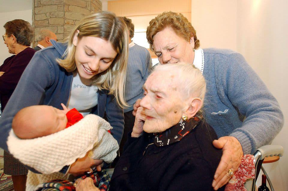 Nicolas-vauva ja hänen 101-vuotias isoisoäitinsä Simona Colorinan kylässä Italiassa.
