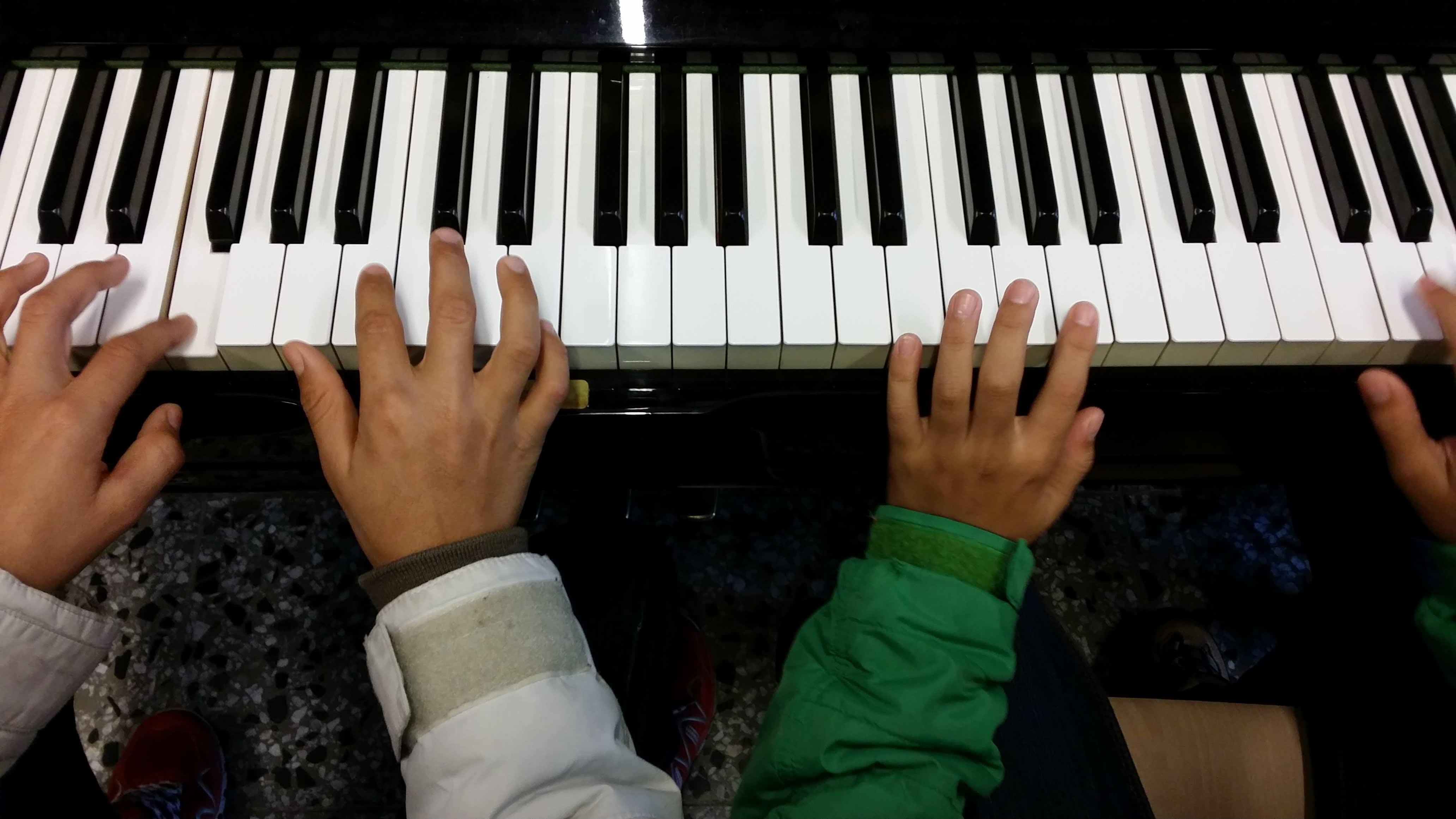 Pikkupojat keksivät heti pianon leikkeihinsä.