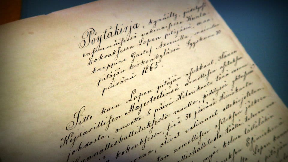 Vanhaa kaunista käsikirjoitettua tekstiä kellastuneella paperilla