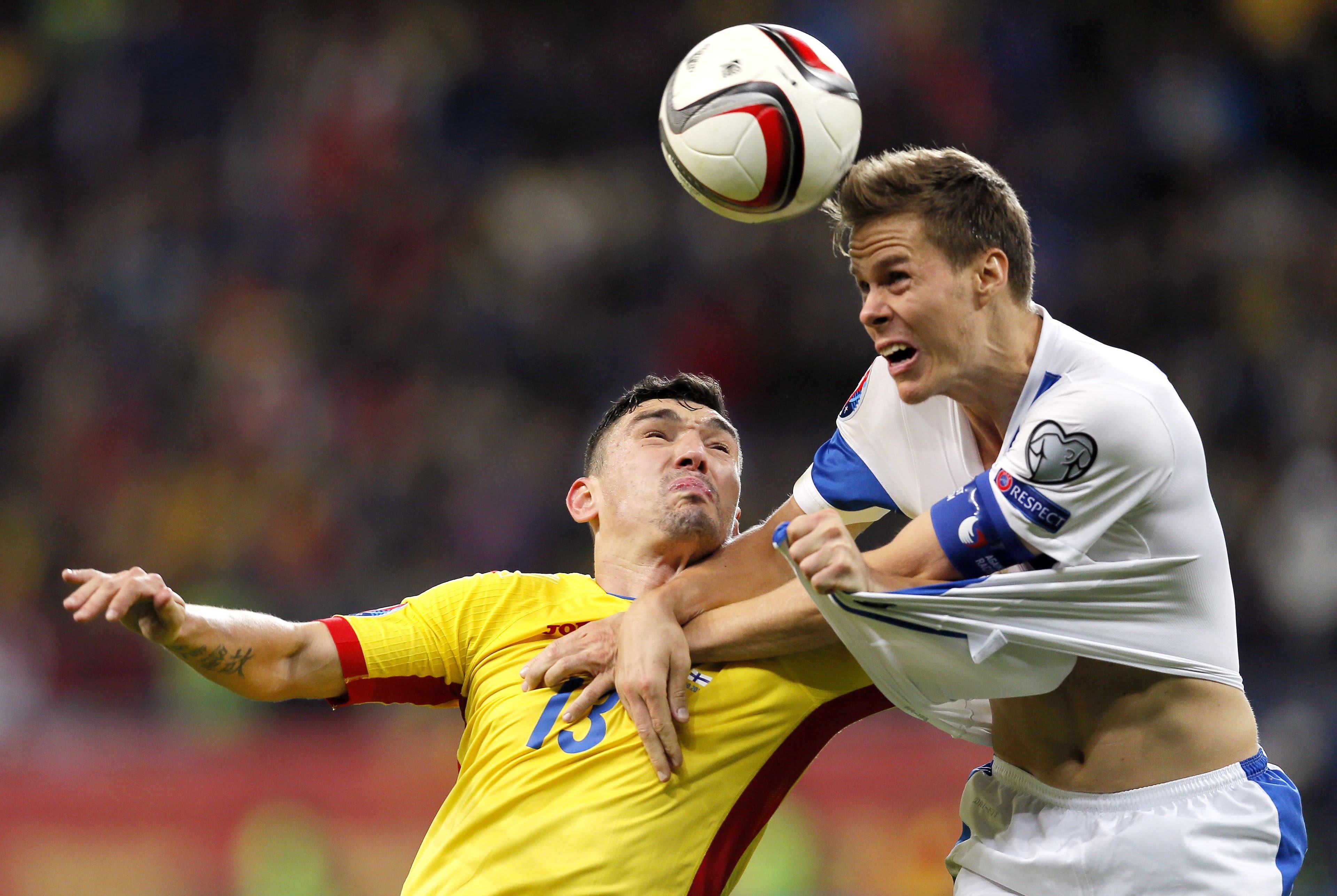 Niklas Moisander voittaa pääpallon Romania-ottelussa 8.10.2015