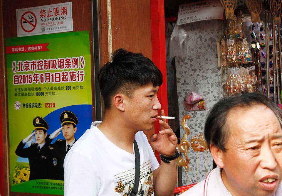 kiinalaismies polttaa tupakkaa