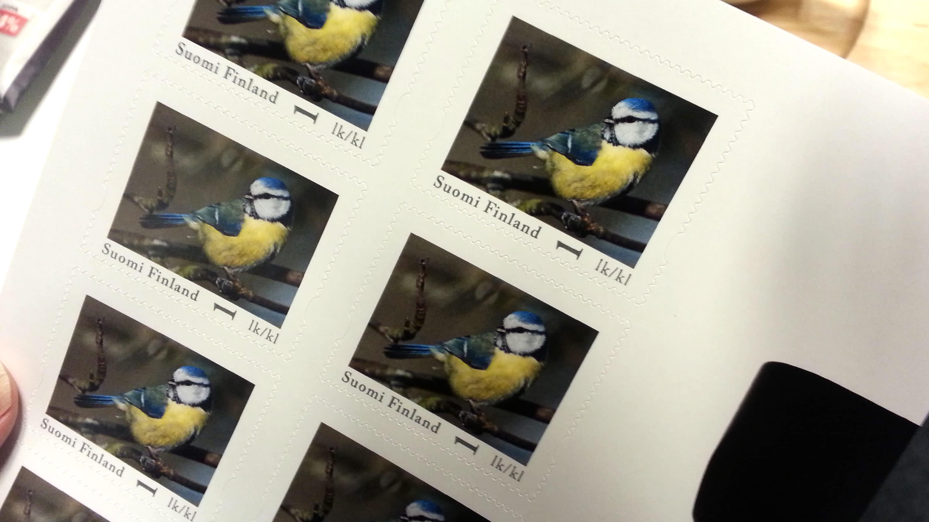 Jussi Murtosaaren suunnittelema postimerkki, jossa sinitiainen.