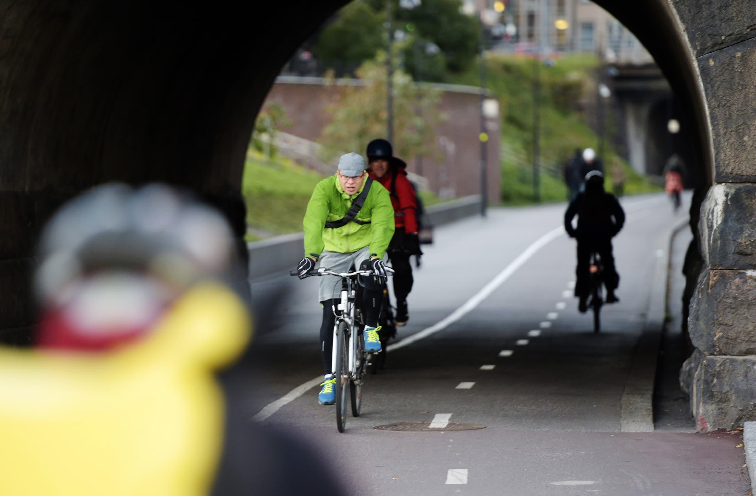 Pyöräilijöitä kevyen liikenteen väylä Baanalla Helsingissä lokakuussa 2015.