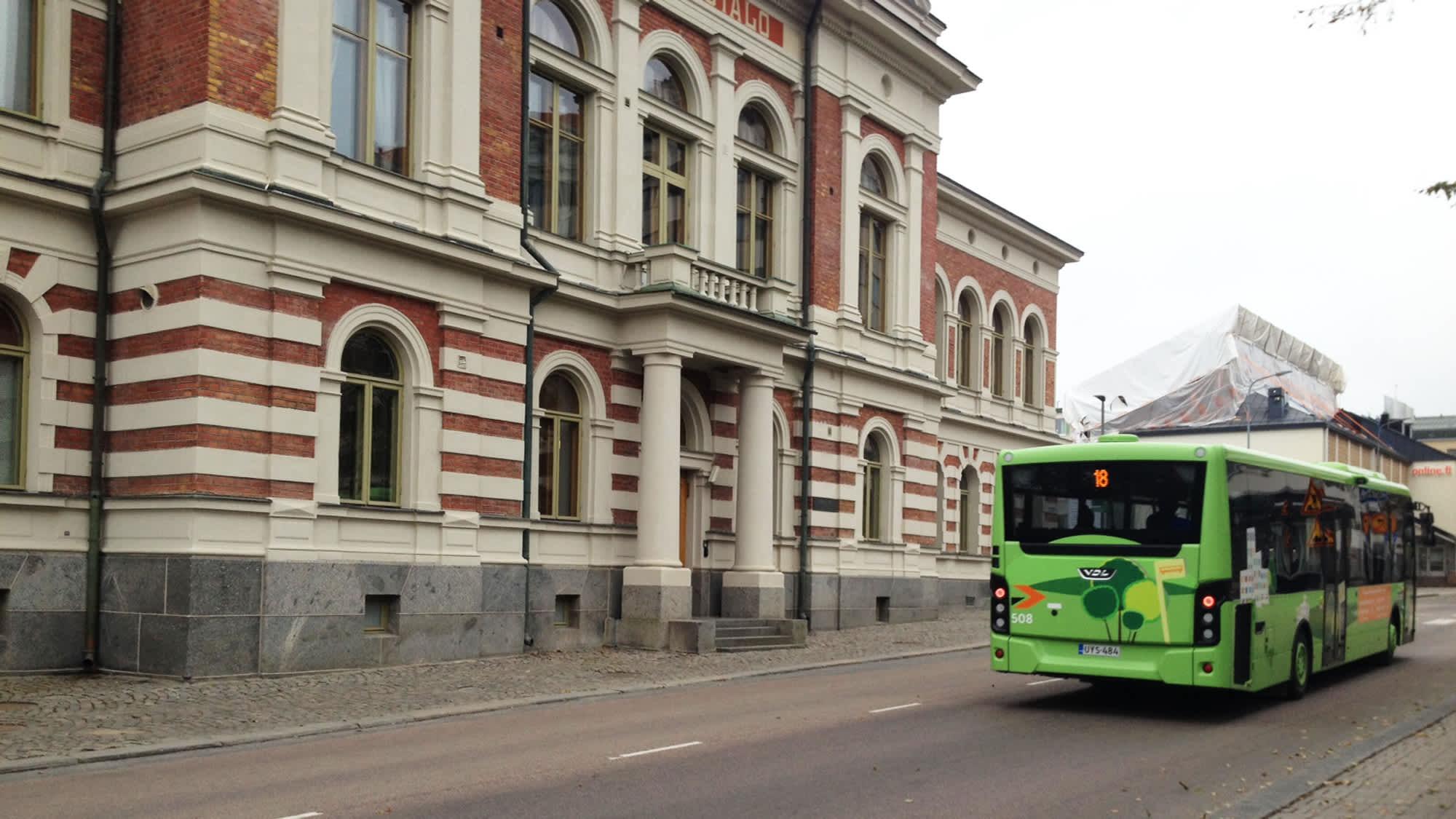 Bussi ajaa Jyväskylän kaupungintalon editse.