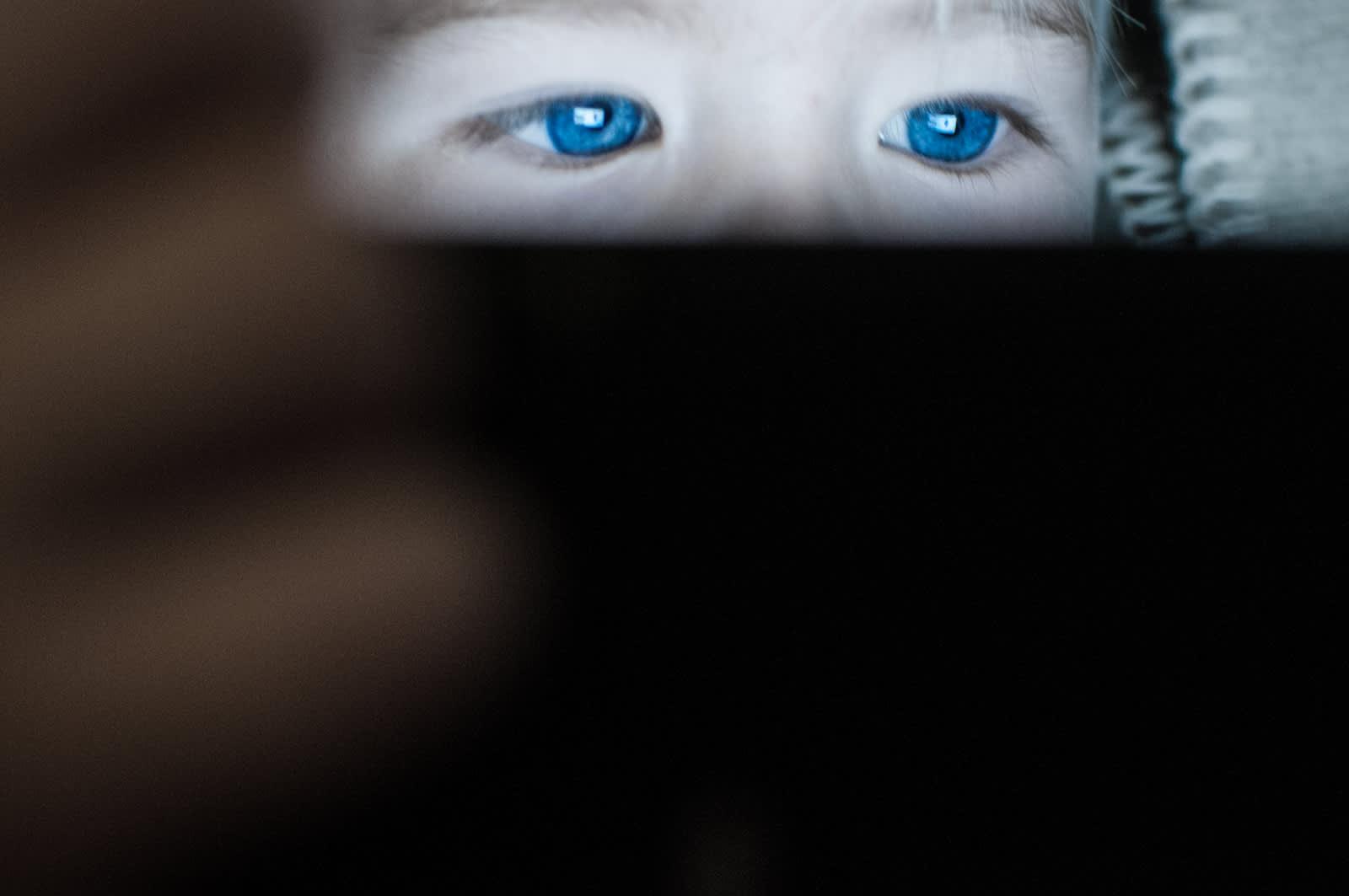 Lapsi tuijottaa näyttöä.