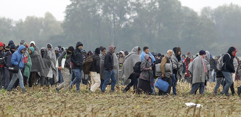 Pakolaisia kävelemässä Kroatiasta Sloveniaan lokakuussa.