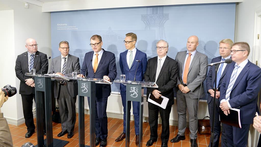 Jari Lindström, Lauri Lyly, Juha Sipilä, Alexander Stubb, Sture Fjäder, Antti Palola, Jyri Häkämies ja Markku Jalonen tiedotustilaisuudessa Kesärannassa.