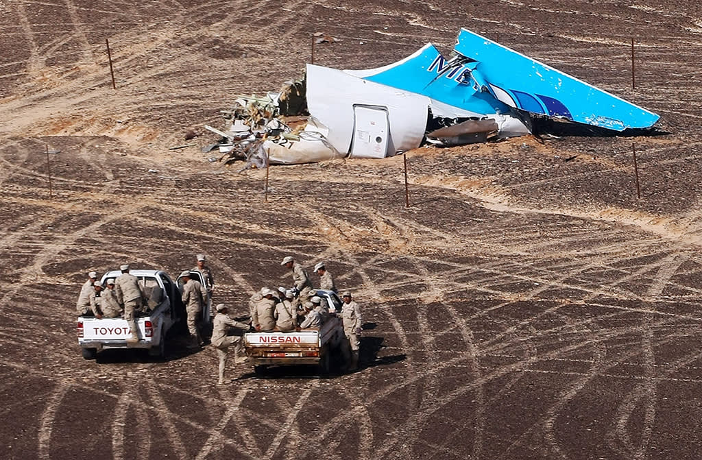 Venäjän hätätilaministeriön välittämässä kuvassa näkyy A321-matkustajakoneen jäänteitä Siinain niemimaalla 1. marraskuuta. Kaksi valkoista pick-up-autoa kuvan etualalla.