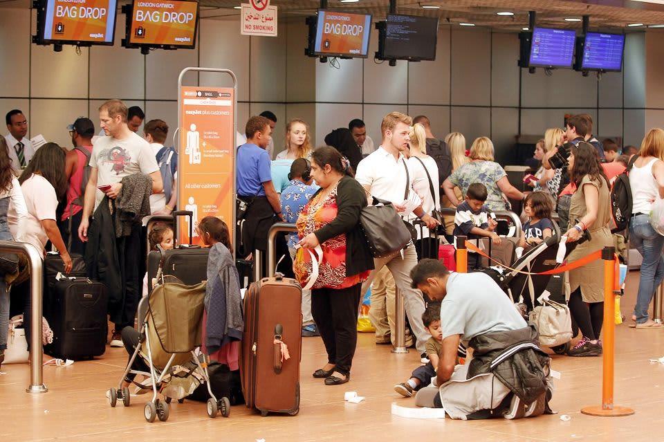 Brittituristit jonottavat lähtöselvitykseen Sharm el-Sheikhin lentoasemalla 6. lokakuuta 2015.