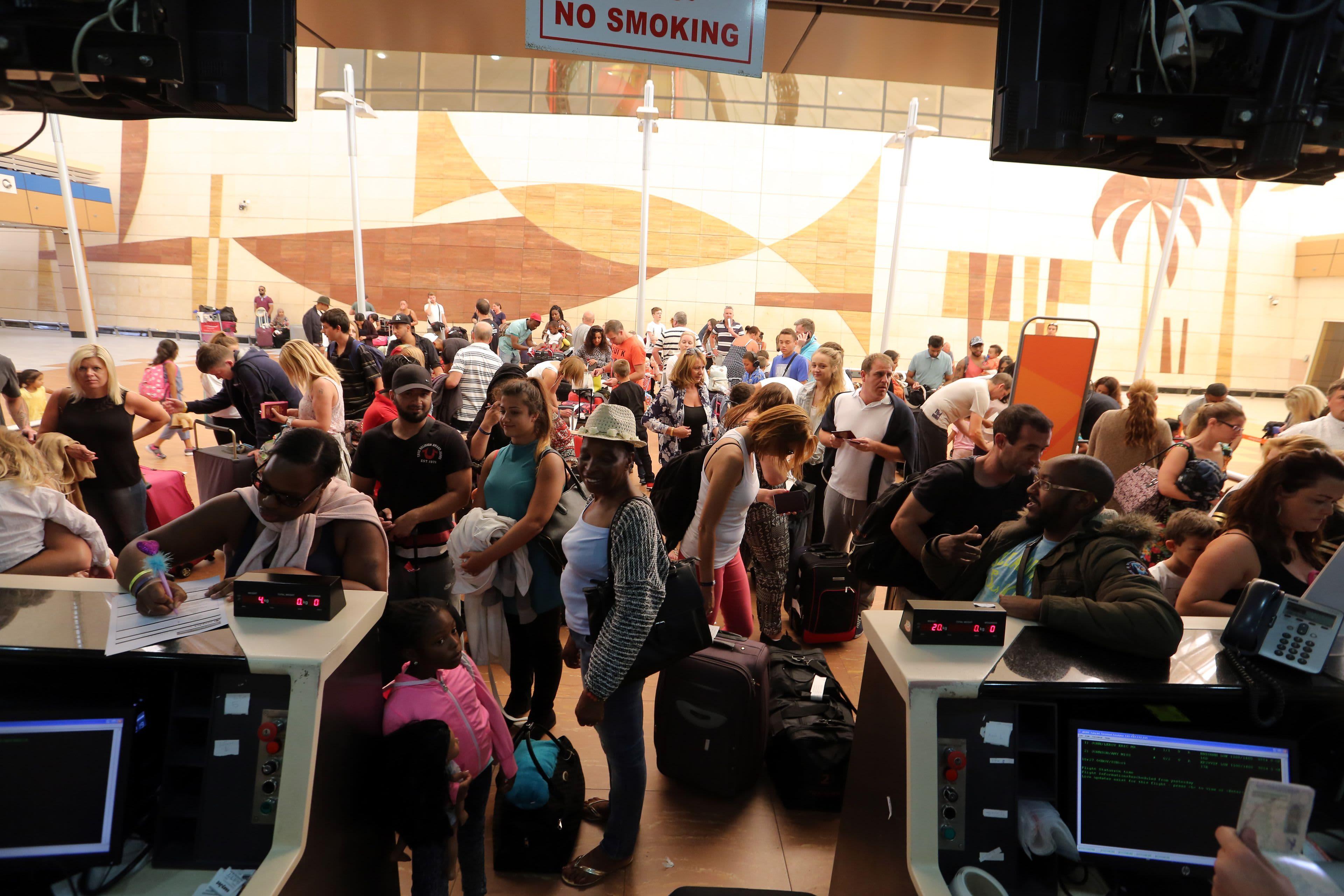 Brittituristit jonottavat lähtöselvitykseen Sharm el-Sheikhin lentoasemalla 6. marraskuuta 2015.