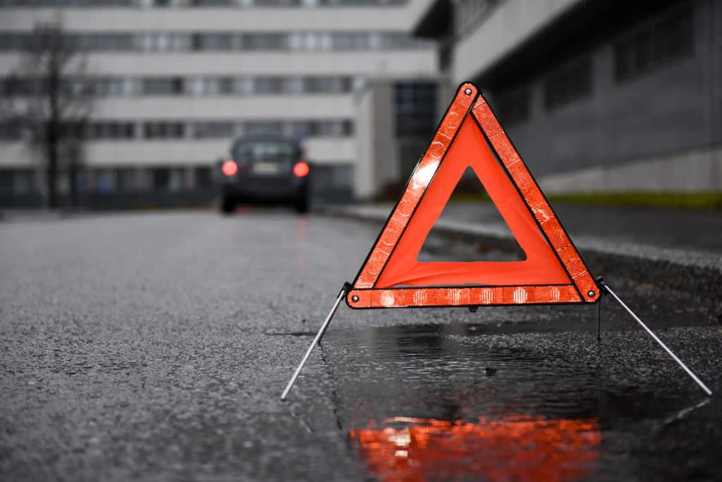 Varoituskolmio tiellä.