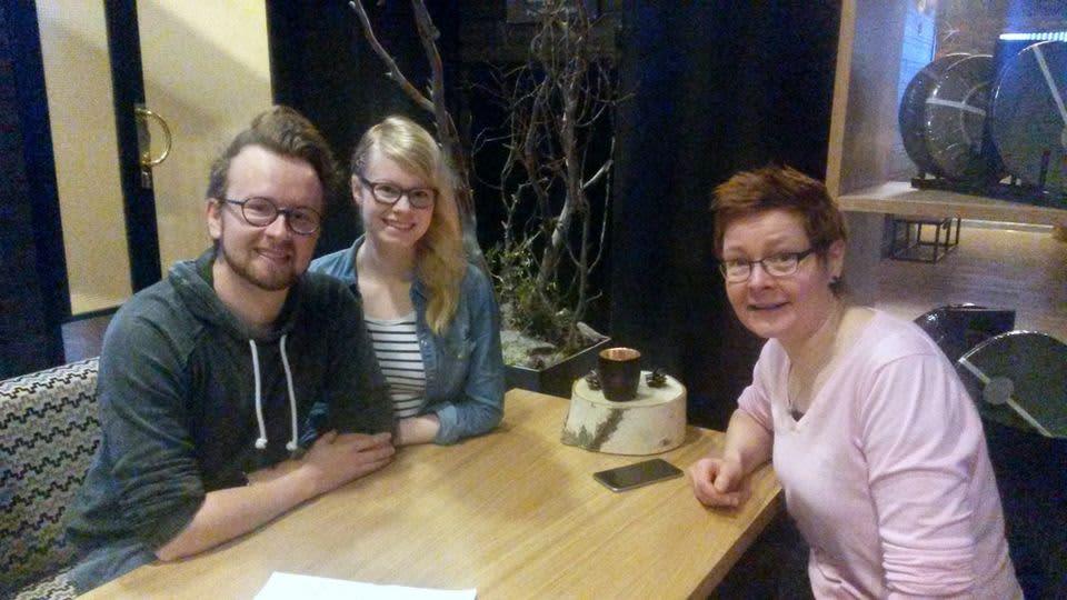 Jukka Ahola, Essi Pulkkinen ja Sanna Rättyä testavat oululaishotellia.