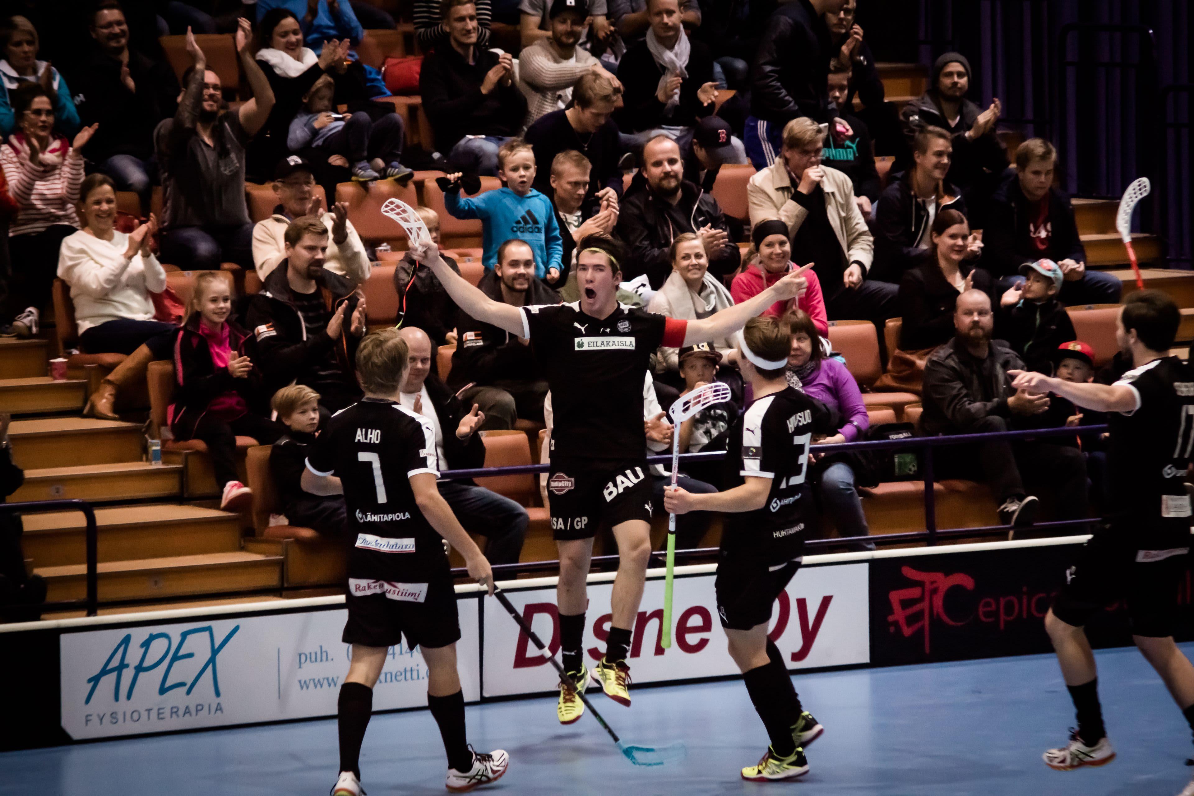 TPS Salibandyn pelaajat juhlivat maalia yleisön edessä.
