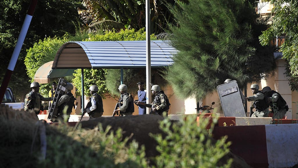 Malin poliisin ja armeijan erikoisjoukot hotellin edustalla