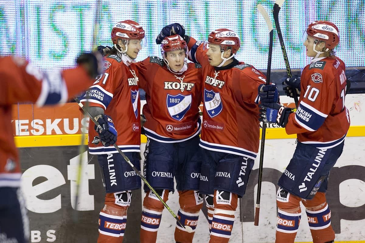 Robert Leino juhlii HIFK:n voittomaalia Kuopiossa.
