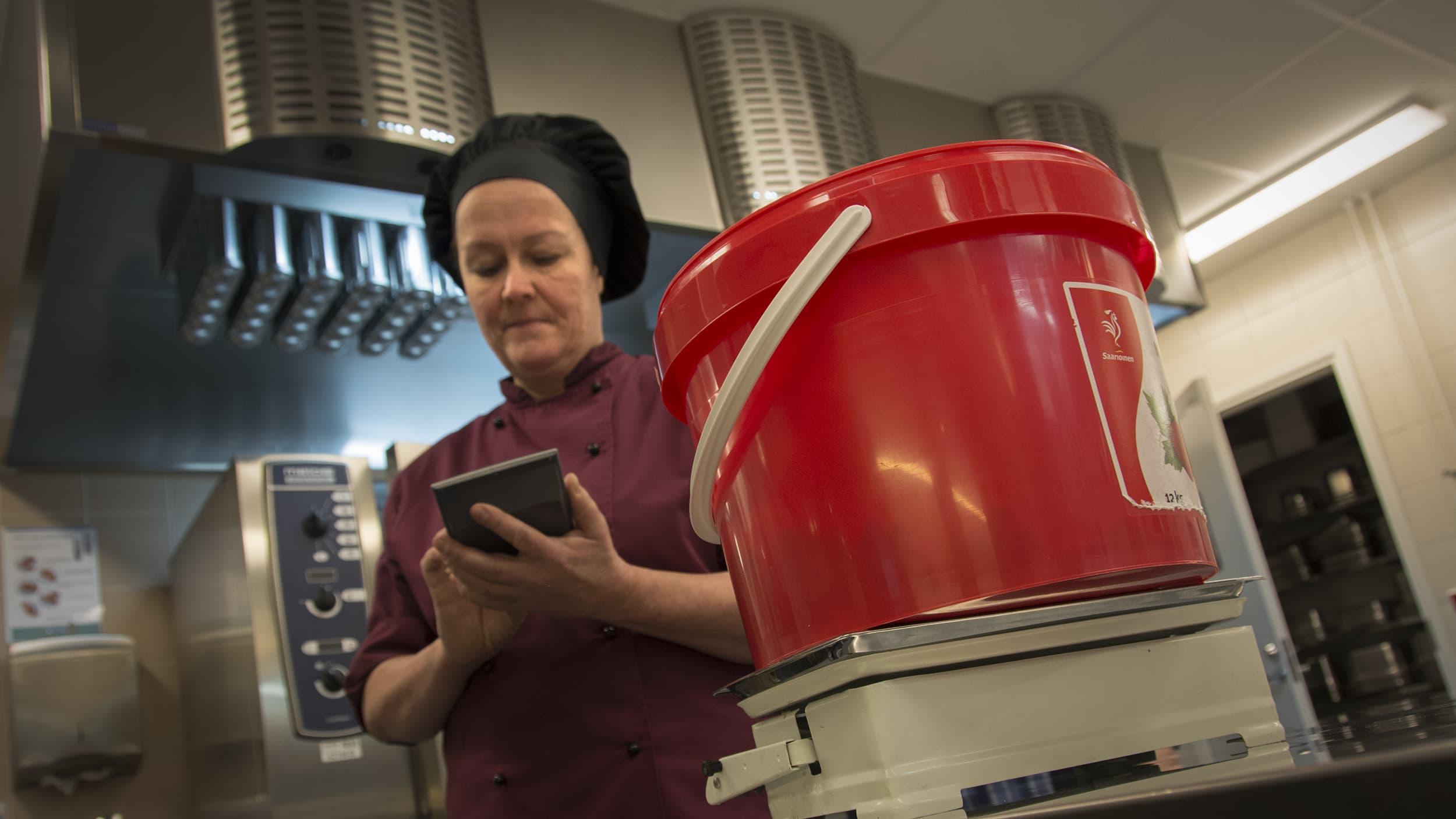 Kokkolan Koivuhaan koulun keittiössä punnitaan Tähteitä nolla! -kampanjan ruoantähteitä.