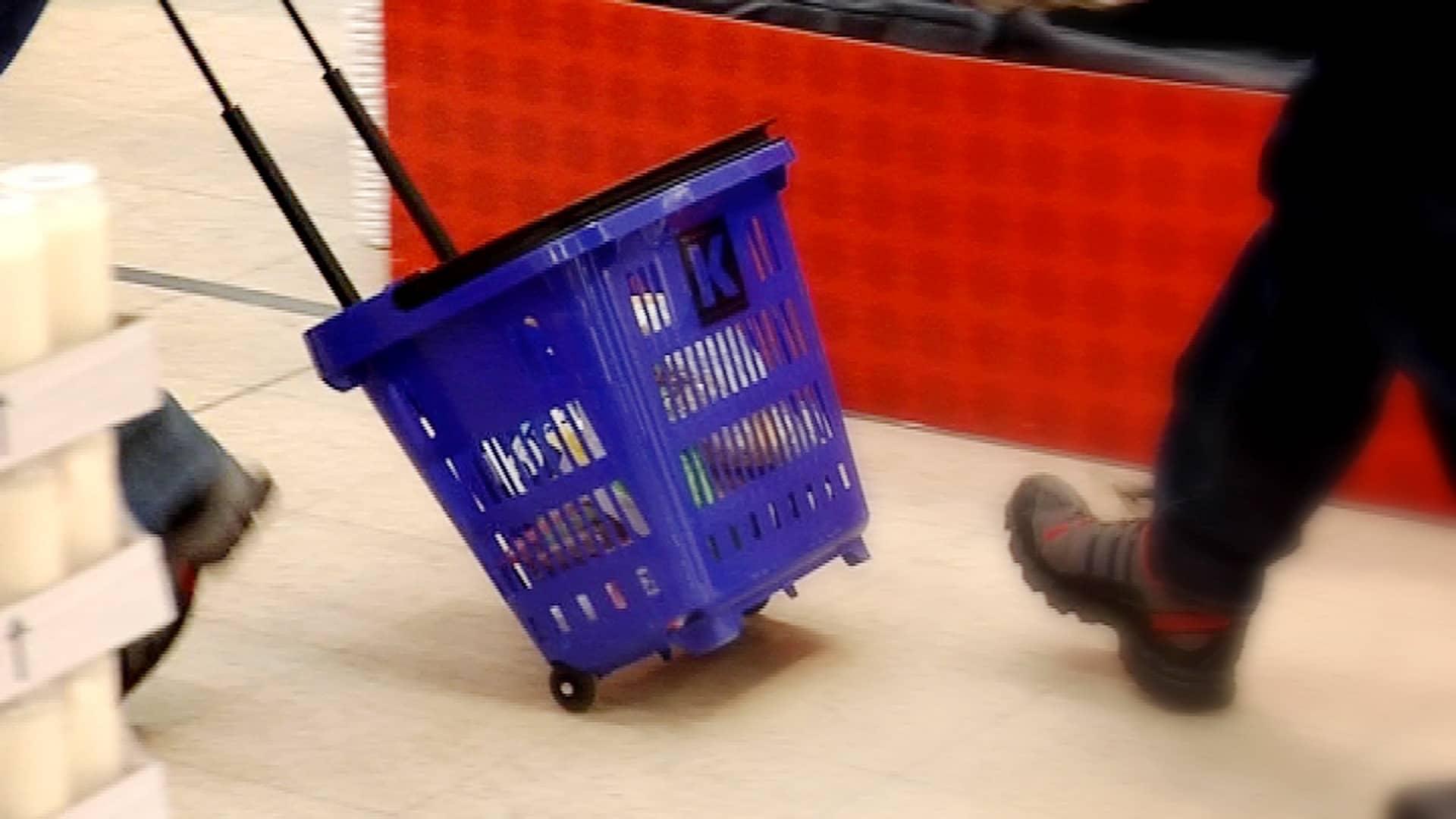 Ruokaa ostoskorissa.