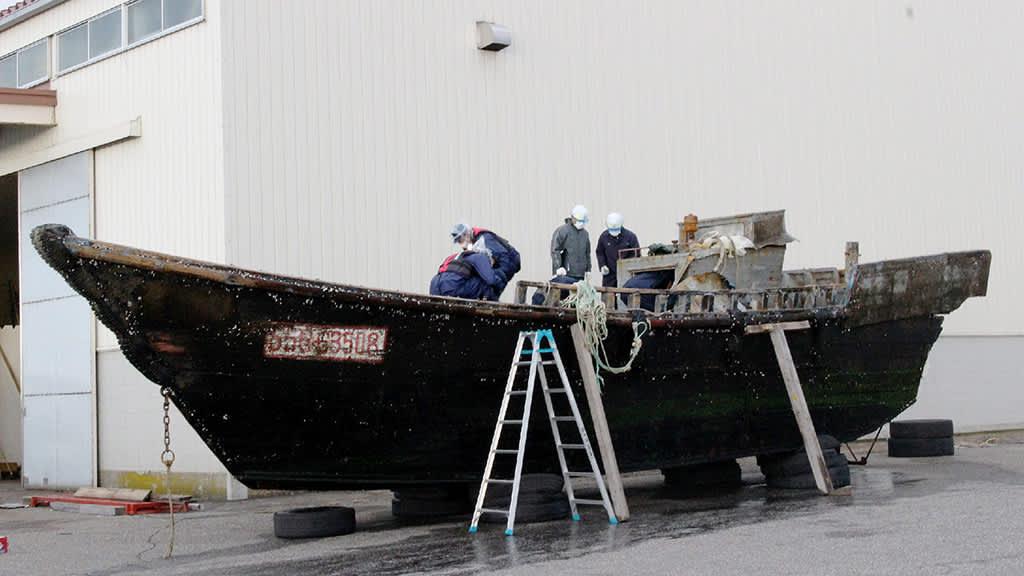 Japanissa kummastellaan maan rannikolle ajautuneita puisia veneitä.
