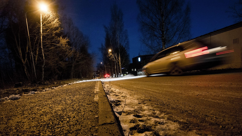 Pimeä ja lumeton katu joulukuussa.