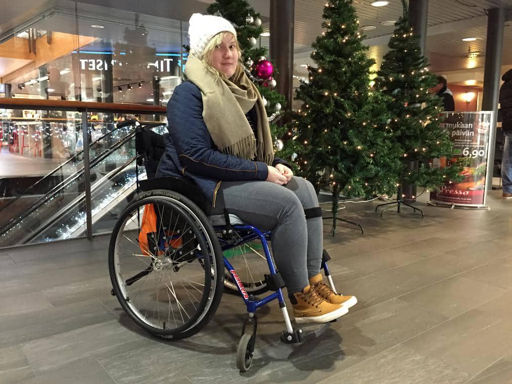 Saara Niemi pyörätuolissa.