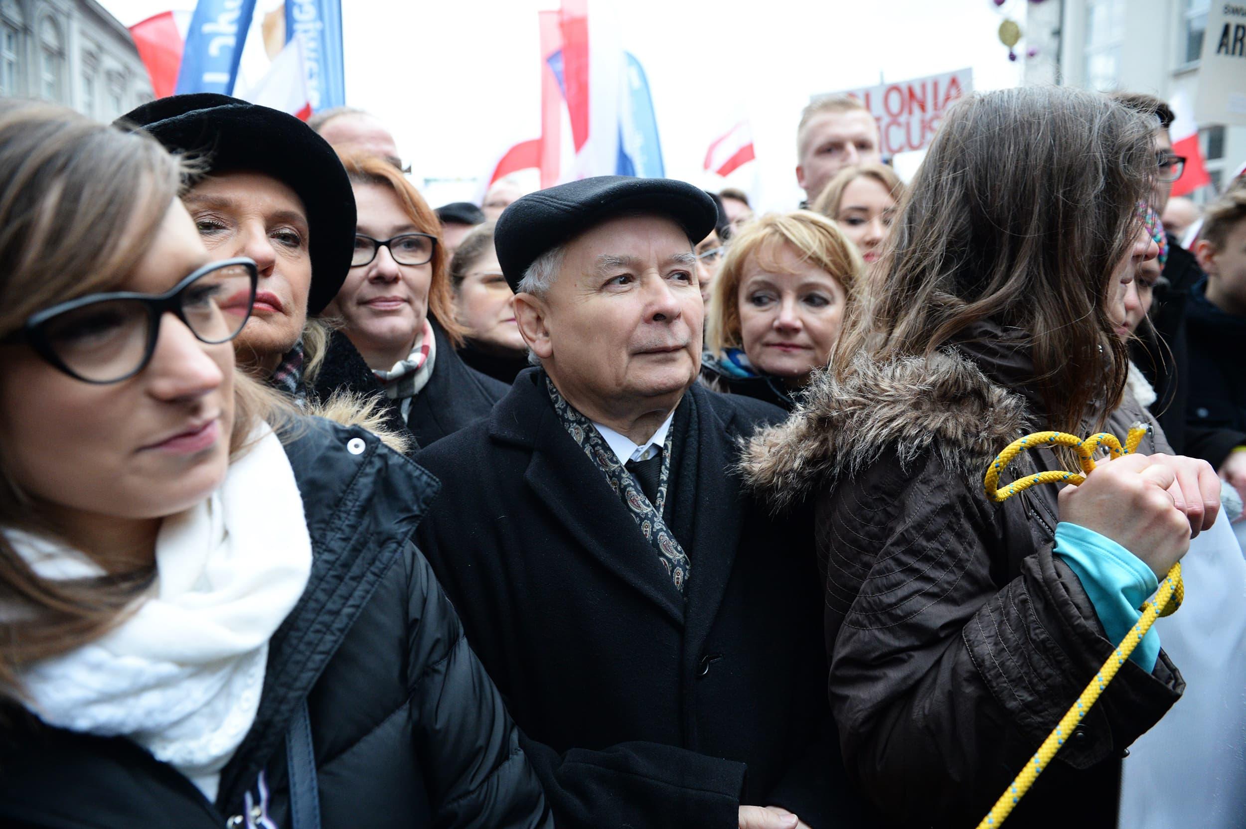 Laki ja oikeus -puolueen johtaja Jaroslaw Kaczynski mielenosoittajien joukossa Varsovassa 13. joulukuuta.