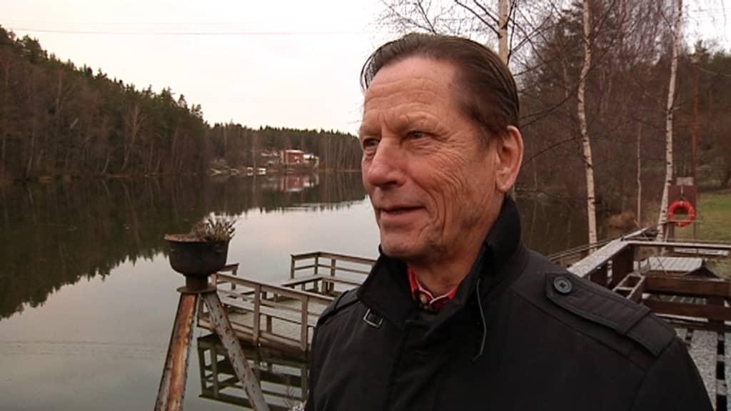 Heinola-Kouvola -vesiväyläyhdistyksen puheenjohtaja Valto Koski Virtakiven rannassa Kouvolassa