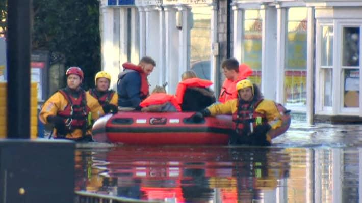 Pelastushenkilöstö siirtää ihimisiä turvaan Pohjois-Englannissa 27. joulukuuta.