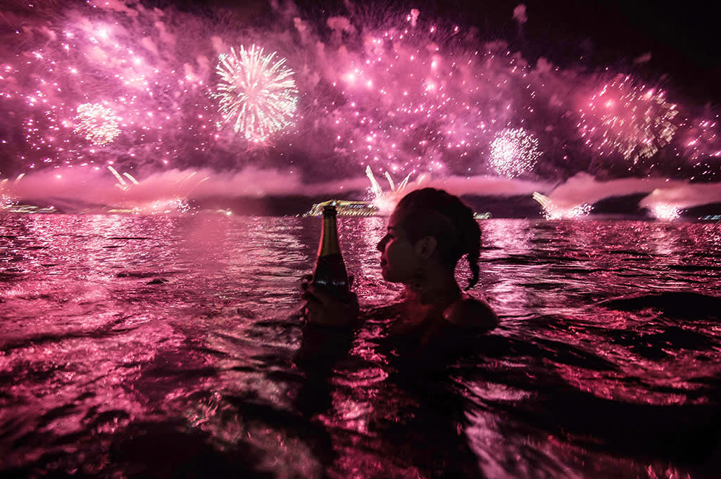 Uudenvuodenjuhlintaa Rio de Janeirossa Copacabanalla 1. tammikuuta 2016.