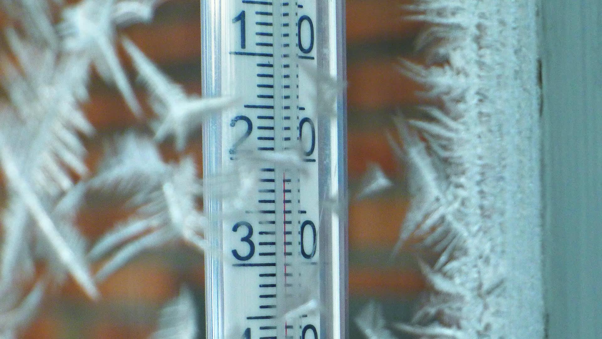 Ulkolämpömittari näyttää - 21 celsiusastetta.
