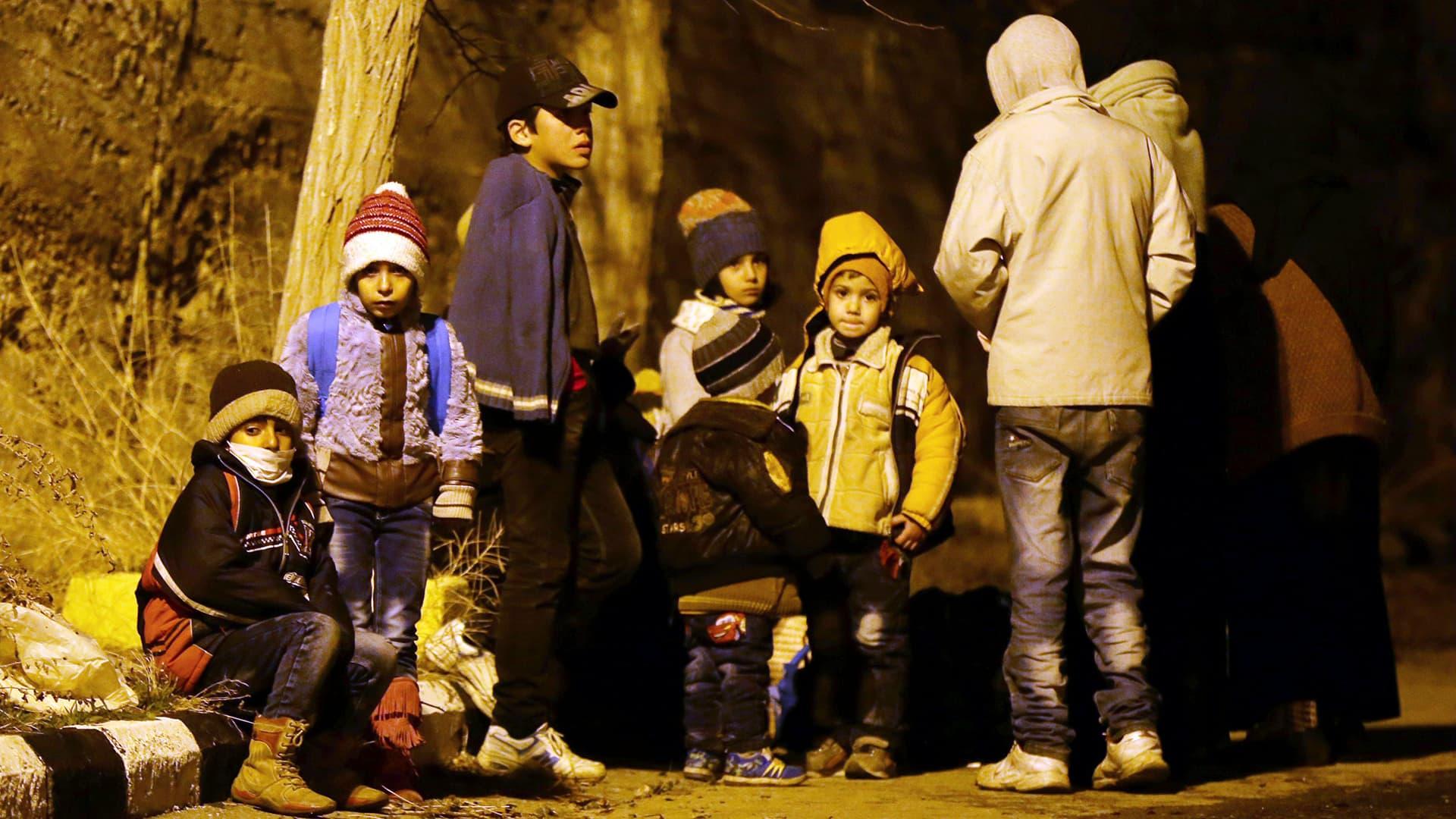 Syyrialaiset lapset odottavat ruoka-apua Madayassa.