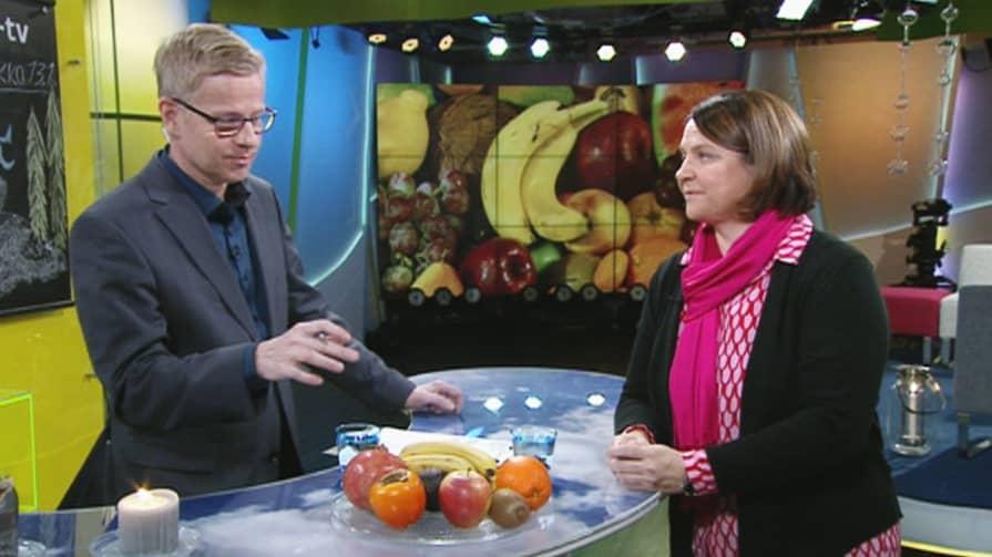 Ravitsemustieteen dosentti Anne-Maria Pajari kertoo, paljonko hedelmiä ja marjoja kannattaa popsia, että pysyisi terveenä talvipakkasilla.