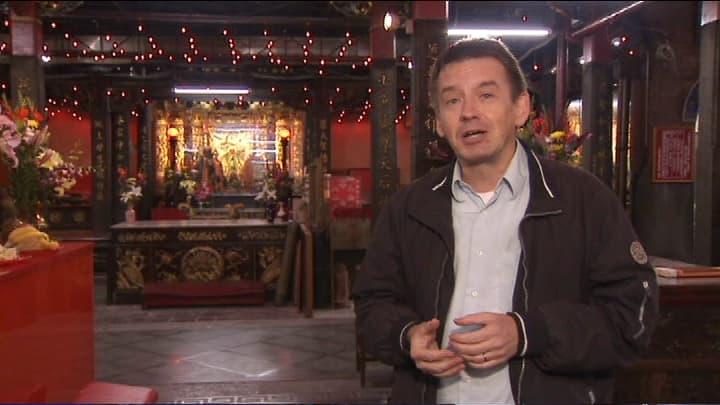 Aasian-kirjeenvaihtaja Mika Mäkeläinen taiwanilaisessa temppelissä.