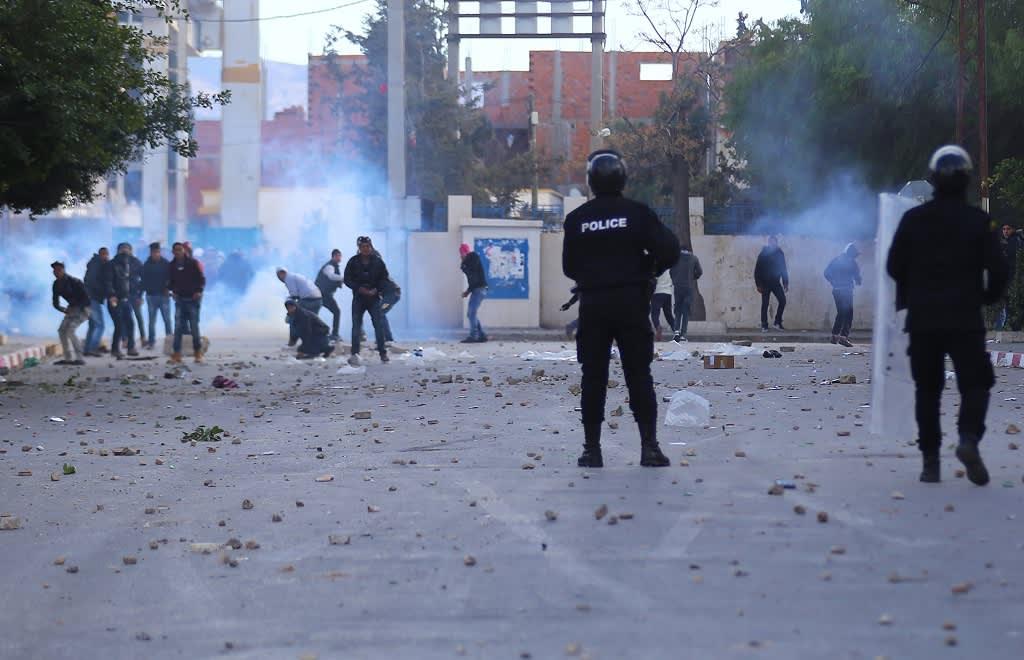 Poliisi ja mielenosoittajat ottivat yhteen Kasserinen kaupungissa Tunisiassa 20. tammikuuta 2016.