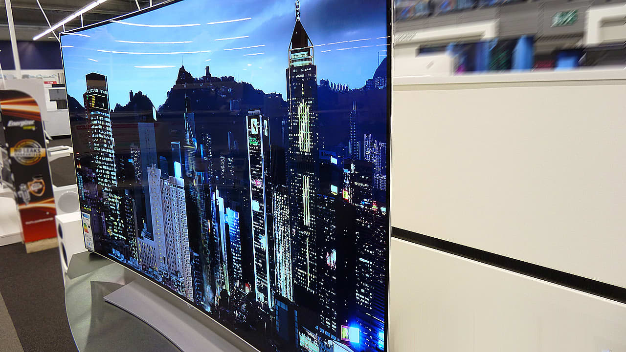 Kaareva OLED-televisio