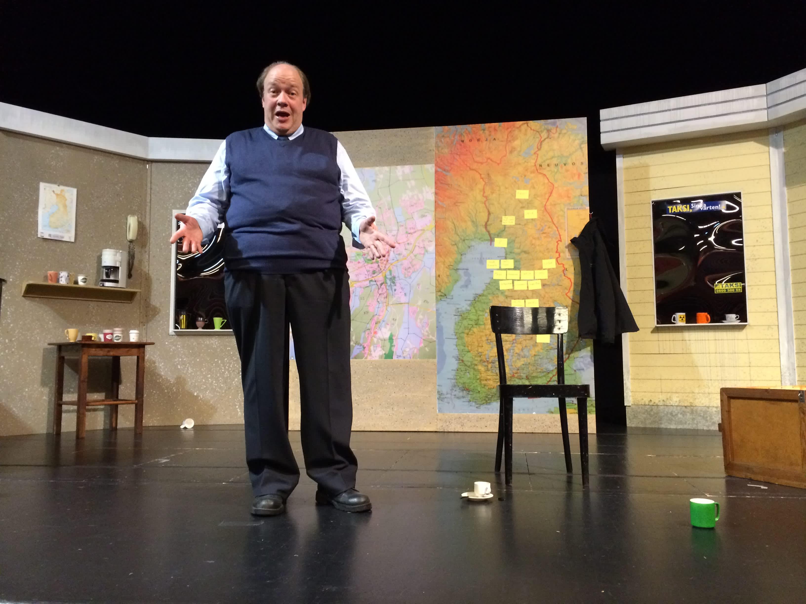 Risto Kopperi esittää laulavaa taksikuskia näytelmässä Patomäen Pavarotti