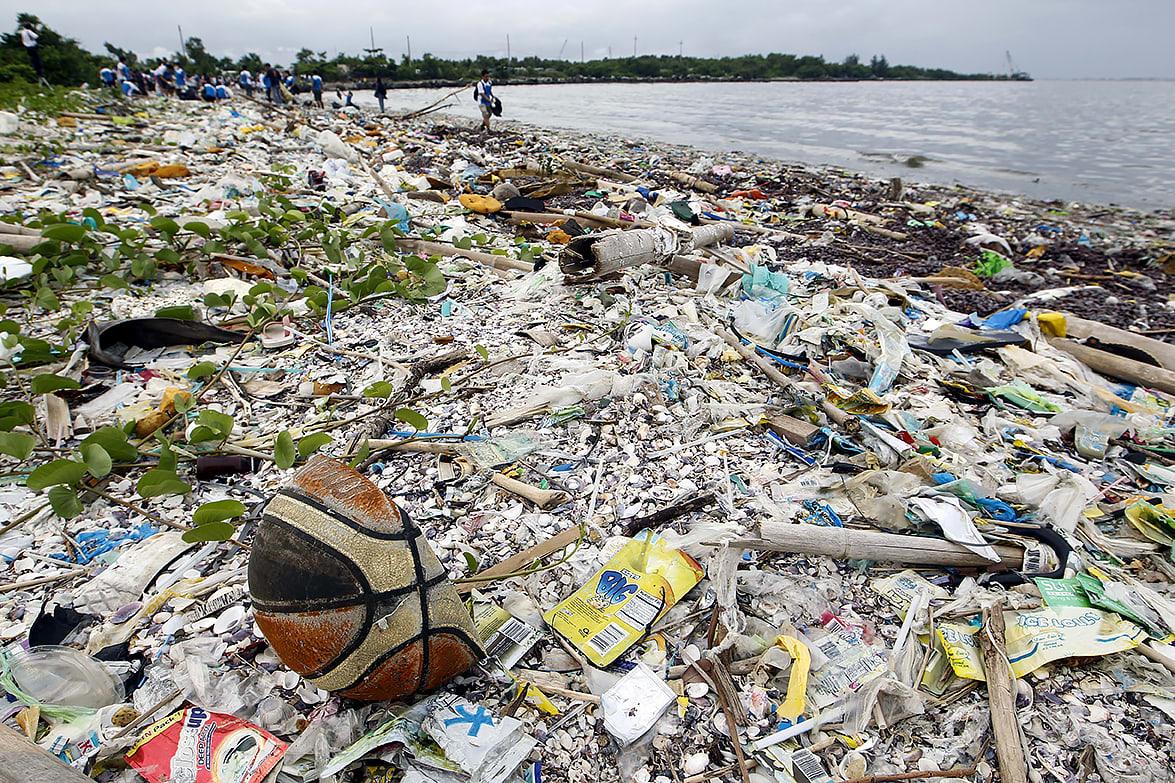 Vapaaehtoiset keräsivät roskia merenrannnasta Manilasssa 27. syyskuuta 2014.