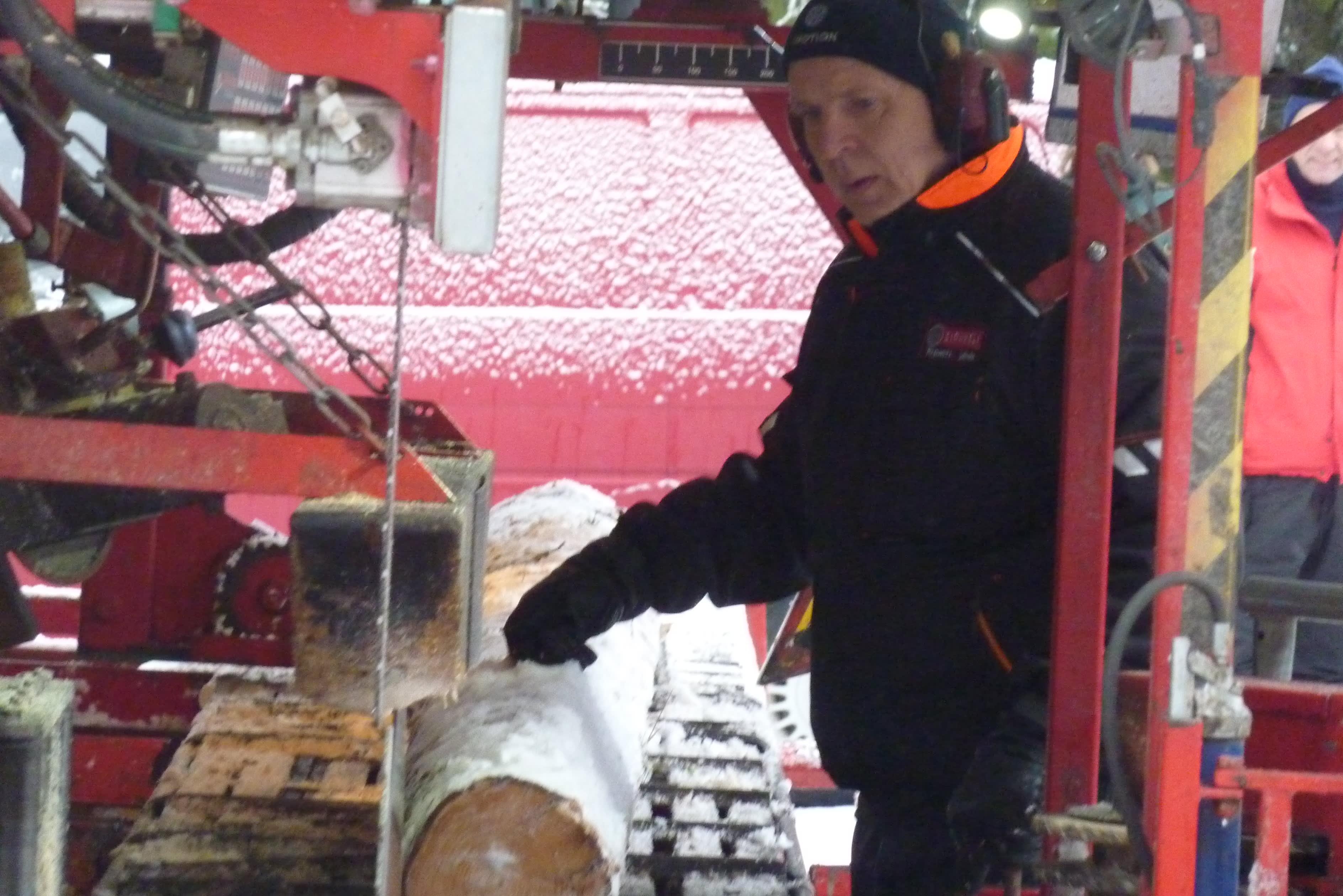 Leppävirtalainen Timo Ripatti sahaamassa tukkipuuta.