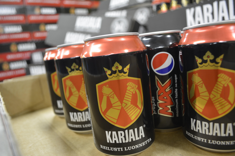 Pepsi Max -tölkkejä Karjala-tölkkien takana.