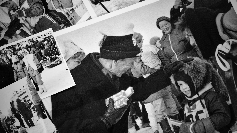 Arkkiatri Arvo Ylppö jakamassa palkinto-hopealusikoita Seinäjoen Kuperkeikkahiihdoissa 1986.